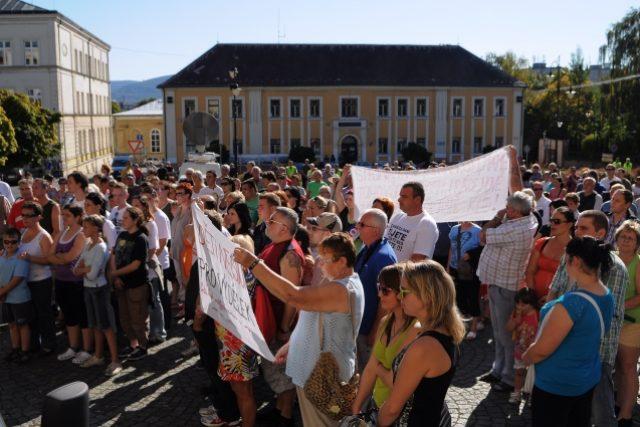 Lidé ve Varnsdorfu demonstrují proti nárůstu kriminality ve Šluknovském výběžku