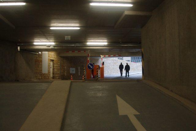Nový parkovací dům v Mladé Boleslavi zahajuje zkušební provoz