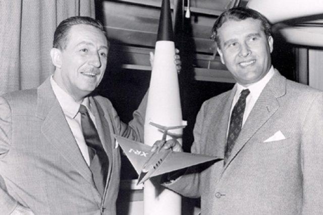 Dva ze symbolů amerických úspěchů - Walt Disney a Wernher von Braun | foto: Public domain,  NASA- NACA