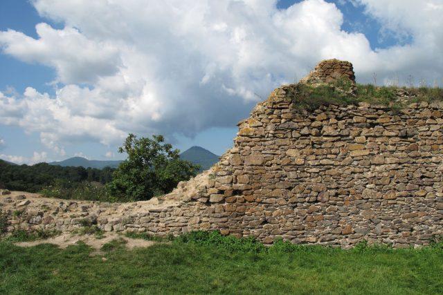 Ruiny hradu Opárno nedaleko Lovosic, v pozadí Milešovka