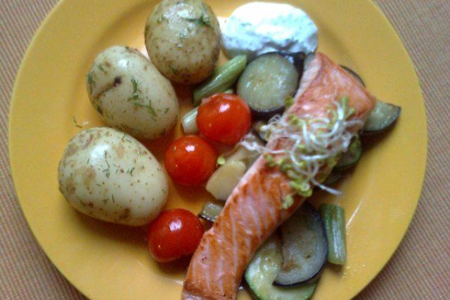 Grilovaný losos s grilovanou zeleninou a koprovými bramborami