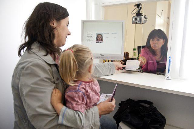 Cestovní pas pro dítě, zápis dítěte do pasu (ilustrační foto)