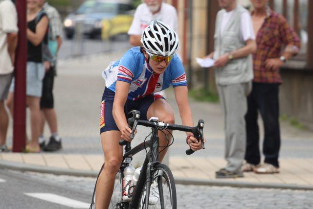 Martina Sáblíková projíždí Krásnou Lípou v úvodní etapě Tour de Feminin.