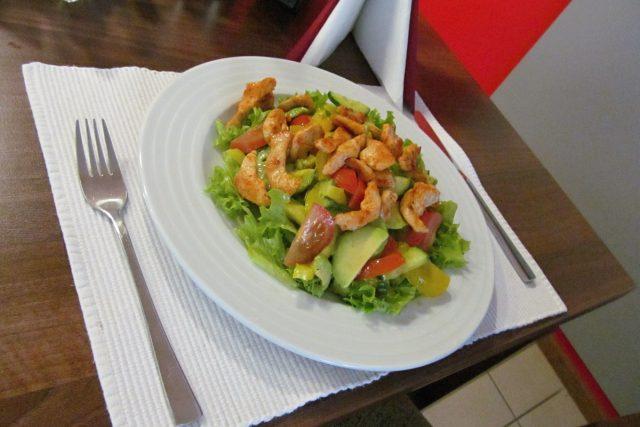 Zeleninový salát s avokádem a s kuřecím masem