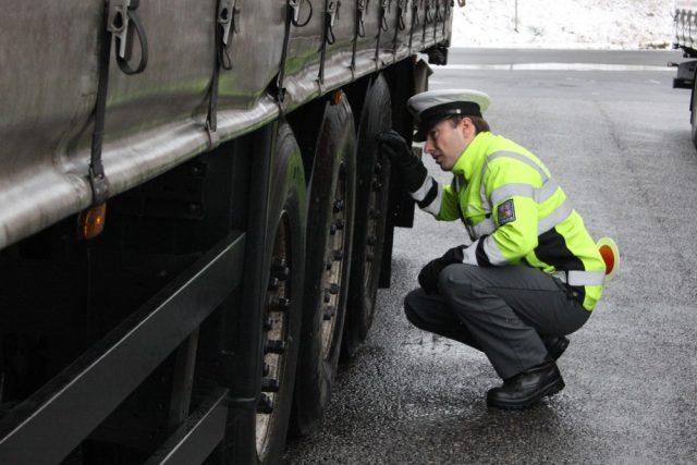 Policista při kontrole kamionu | foto: Lucie Maxová
