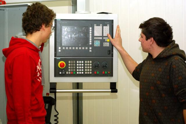 Učňové u CNC soustruhu