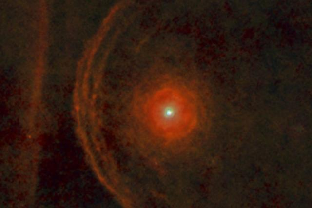 Prachové slupky okolo hvězdy Betelgeuze | foto:  ESA