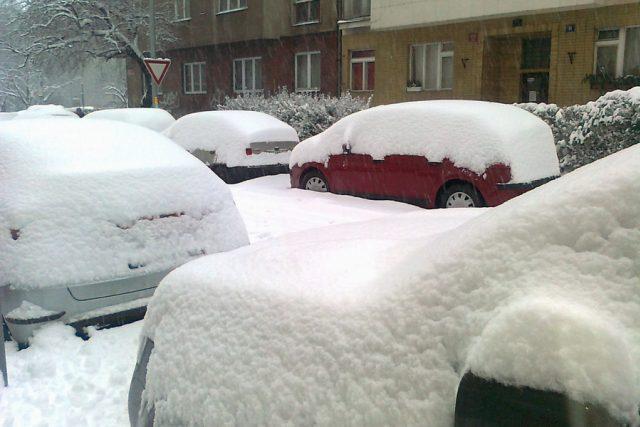 zasněžená auta, parkování, zima, sníh