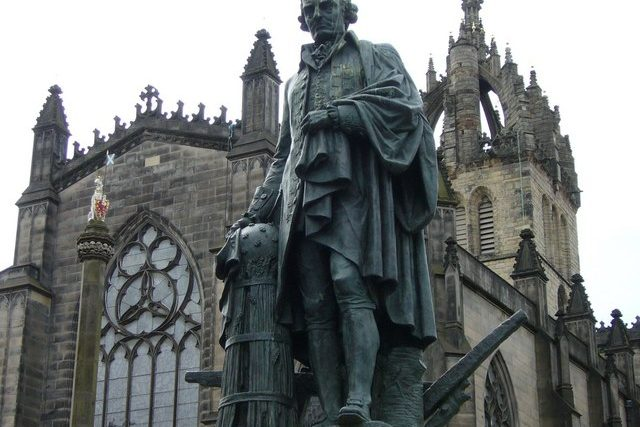 Socha skotského ekonoma a filozofa Adama Smitha v Edinburghu