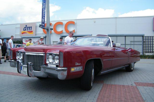 Asi nejdelším autem je Cadillac Eldorado z roku 1972. Měří 5,9 metru