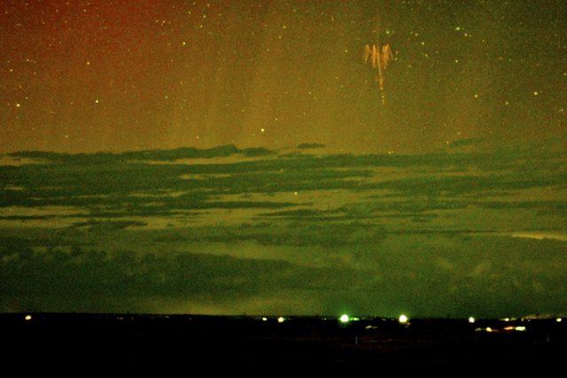 Snímek Rudého skřírka a polární záře