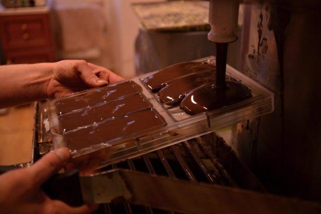 Ruční plnění forem čokoládou