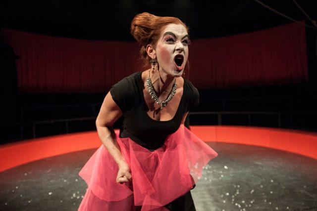 Klára Krejsová ve hře Williama Shakespeara Zkrocení zlé ženy, režie Filip Nuckolls