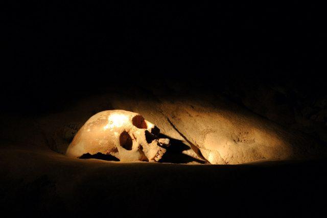 Lidská lebka z mayské jeskyně Actun Tunichil Muknal v Belize