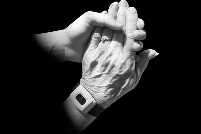 mladá ruka, stará ruka
