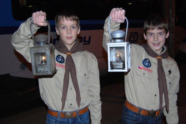 Bratři Filip a Pavel Šebek hrdě ukazují, že se jim podařilo převézt Betlémské světlo do Brna v pořádku