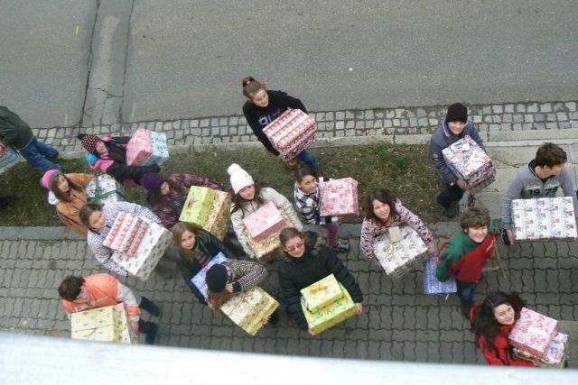 Krabice od bot na cestě k dětem