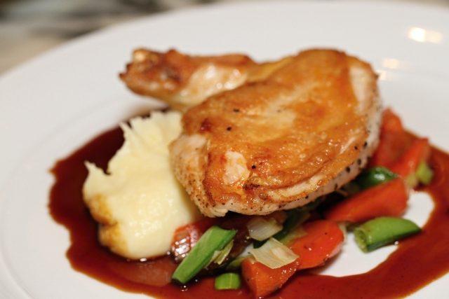 Kuřecí stehno s bramborovou kaší (ilustrační foto)