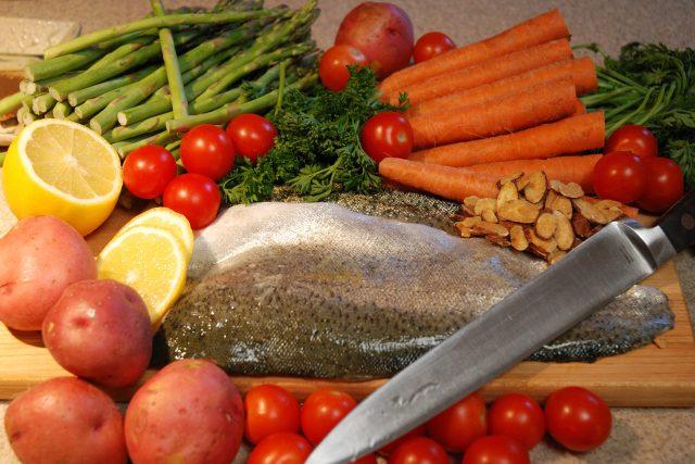 jídlo, ryba, zelenina, brambory, rajčata, mrkev, nůž, vaření