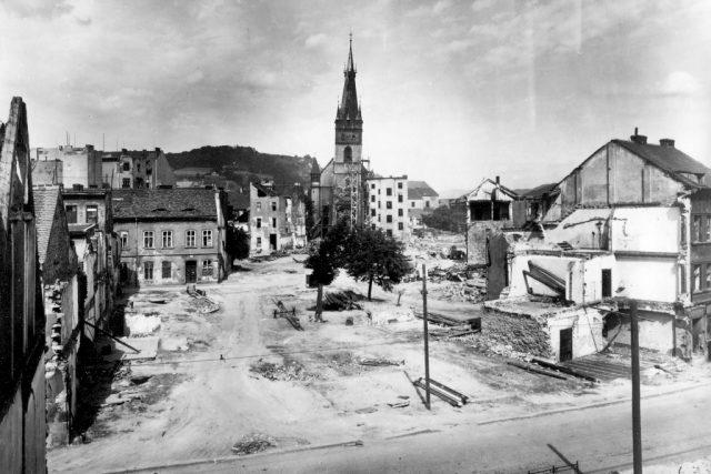 Kostel Nanebevzetí Panny Marie má od bombardování v r. 1945 šikmou věž