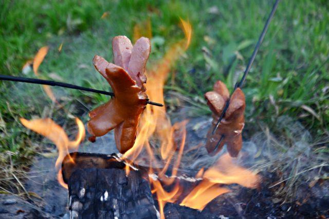 Oheň,  táborák,  kempování,  opékání buřtů,  buřty  (ilustrační foto)   foto: Anna Kottová,  Český rozhlas