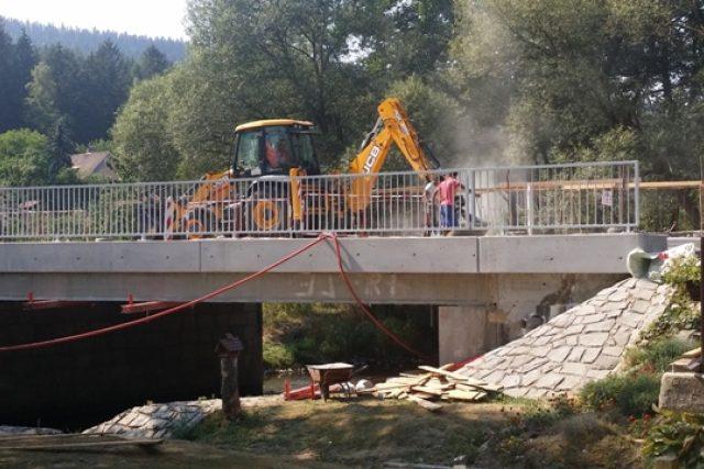 Silničáři opravují most ve Lčovicích. Zároveň se ale na Prachaticku pracuje na dalších šesti místech