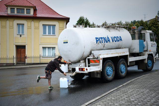 V části Nového Boru na Českolipsku si lidé musejí chodit pro pitnou vodu k cisternám