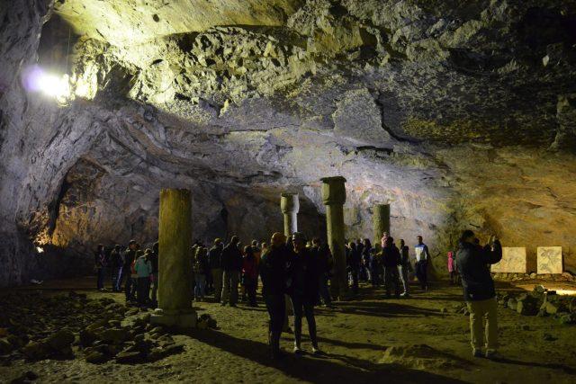 Předsíň jeskyně Býčí skála, kde došlo v roce 1872 ke známému archeologickému objevu Jindřicha Wankela