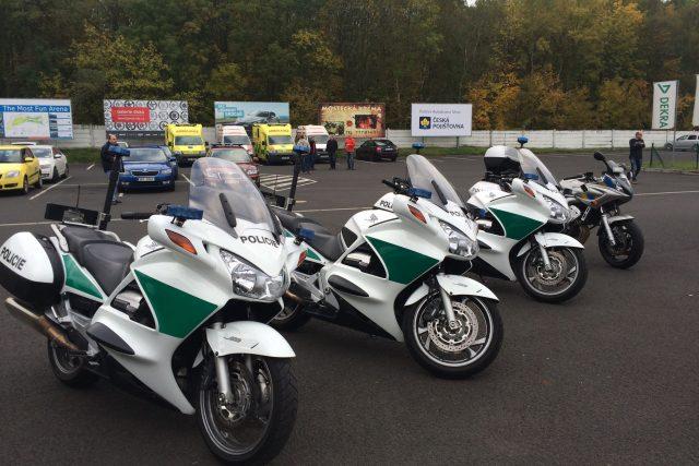 Policisté na motorkách z celého kraje se zdokonalovali v ovládání svých strojů na polygonu v Mostě | foto: Jan  Beneš