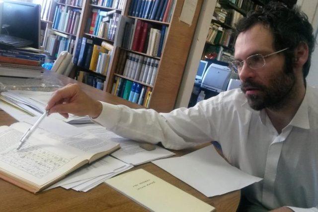 Jazykovědec Jan Bičovský z Filosofické fakulty UK ukazuje chetitský text psaný klínovým písmem | foto: Kateřina Havránková