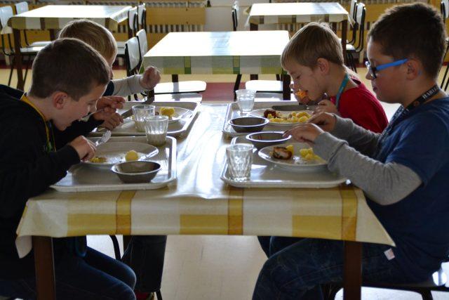 Děti ve školní jídelně  (ilustr. obr.) | foto: Dáša Kubíková,  Český rozhlas