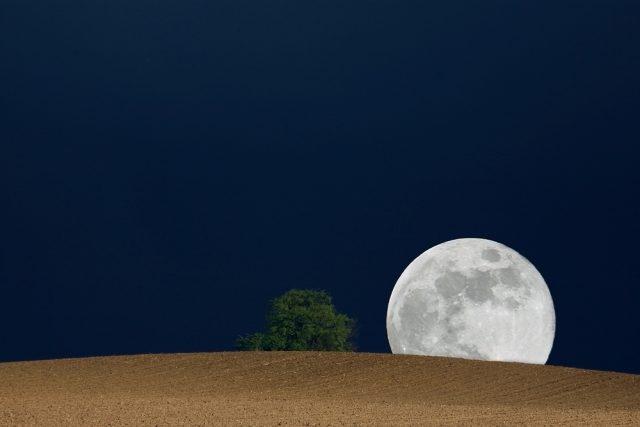 Vycházející Měsíc v úplňku