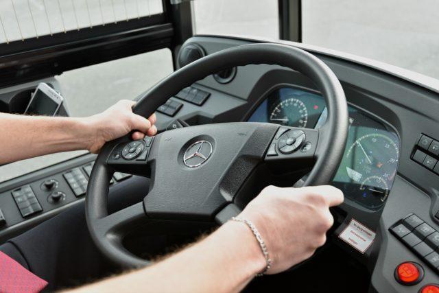 Na pražské letiště bude cestující na zkoušku vozit nejdelší autobus v Česku