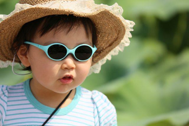 dítě, léto, horko, vedro, vlna veder, sluneční brýle