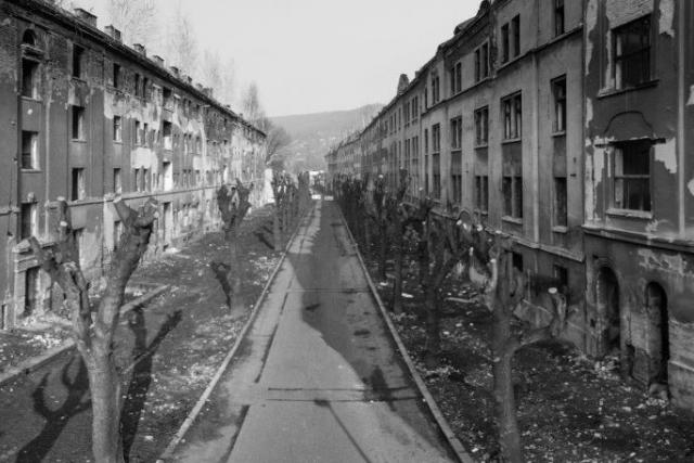 Zdevastovaná ulice Na Nivách