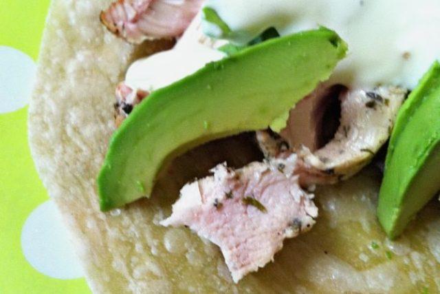 Tortilla s avokádem, krkovičkou a smetanou (ilustrační foto)