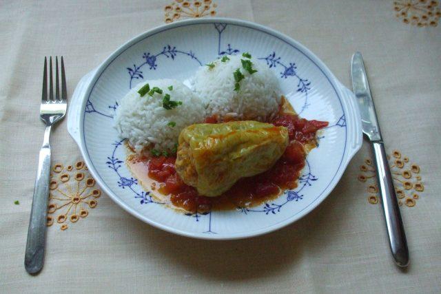 Plněná paprika na rajčatech