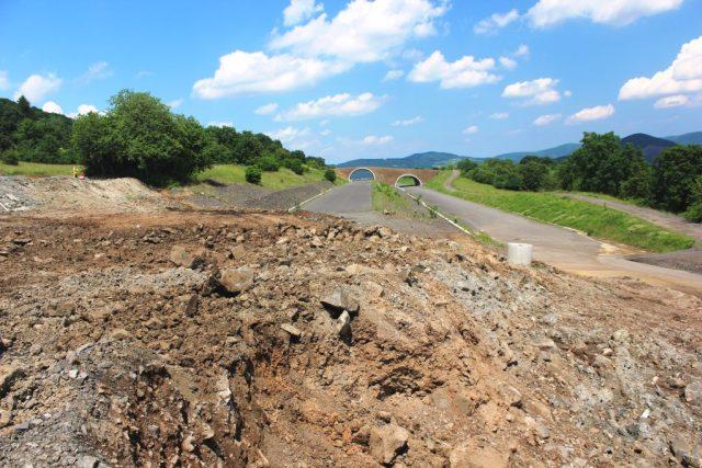 Sesuv půdy na nedokončené dálnici D8 u Litochovic