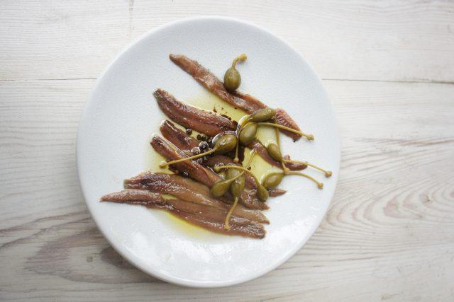 Ančovičky představují malé sardelky naložené ve slaném nálevu | foto: Patrik Rozehnal,  Český rozhlas