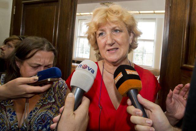 Věra Marešová hovoří s novináři, poté co ji vrchní soud  pravomocně zprostil viny z vražd šesti pacientů