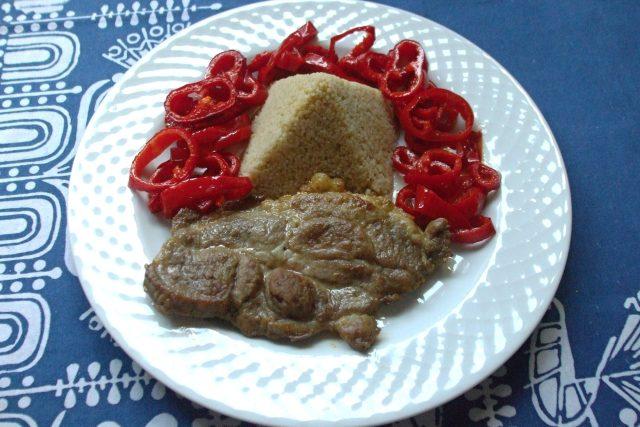 Vepřový steak s kuskusem a paprikou