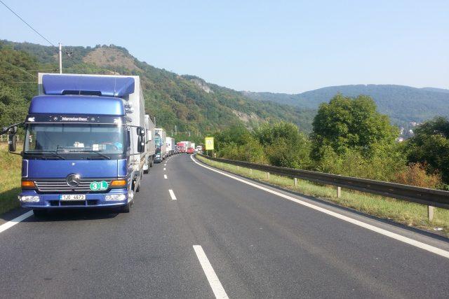 Kolona na silnici I/8 mezí Ústím nad Labem a Lovosicemi