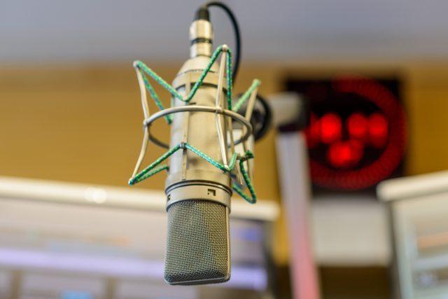 Rozhlasový mikrofon ve vysílacím studiu