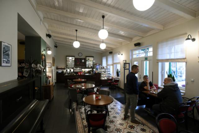 Kávu v prvorepublikovém duchu a prostředí historického nádraží si mohou dopřát lidé v Litoměřicích. Tamní podnik Káva s párou letos získal výjimečné ocenění Pohádkové nádraží