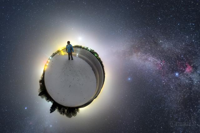 Nebe nad sečskou přehradou na panoramatické fotce ve stylu malé planety