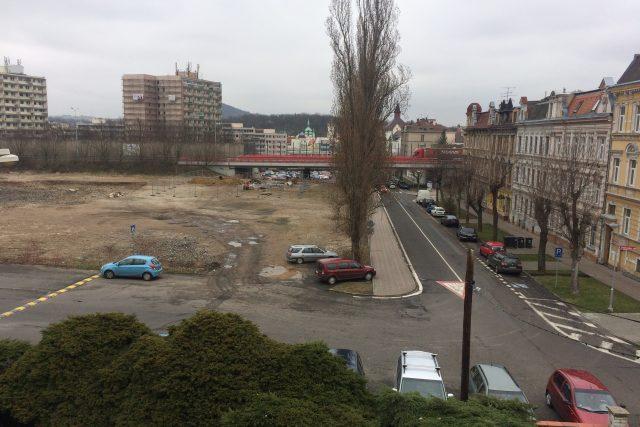 Výhled z ředitelny školy Maxe Švabinského v Teplicích na místo po bývalém zimním stadionu
