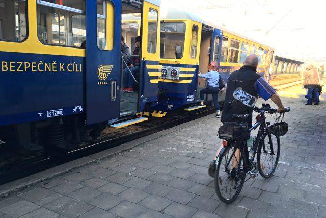 Vlak, který z lovosického nádraží za chvíli vyrazí na Svěstkovou dráhu