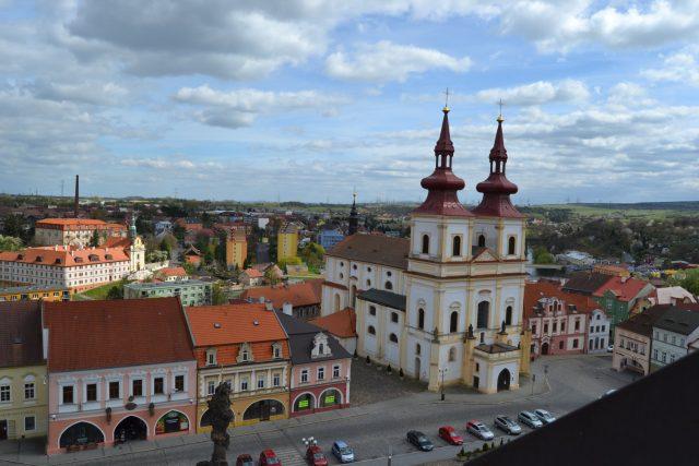 Pohled z věže na kostel na náměstí
