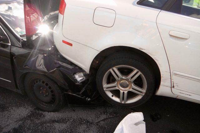 Nehoda tří aut na Štěrboholské. Zasahoval i hasičský jeřáb