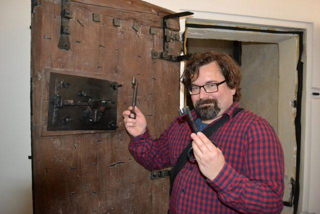 Petr Liebscher odemyká dvěře do kadaňské radniční věže